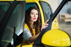 Закройте вверх женщины smiley в автомобиле при раскрытая дверь Стоковые Изображения RF