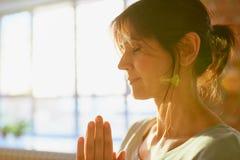 Закройте вверх женщины yogi размышляя на студии йоги Стоковое Фото