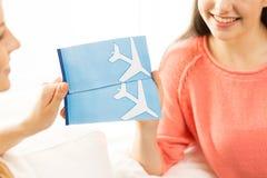 Закройте вверх женщин с билетами и путешествуйте сумка Стоковая Фотография RF