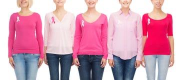 Закройте вверх женщин с лентами осведомленности рака Стоковые Изображения RF