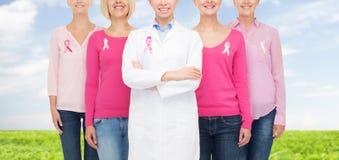 Закройте вверх женщин с лентами осведомленности рака Стоковое Изображение