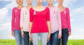 Закройте вверх женщин с лентами осведомленности рака Стоковые Изображения