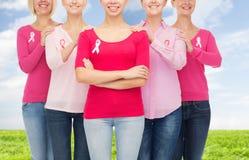 Закройте вверх женщин с лентами осведомленности рака Стоковое Фото