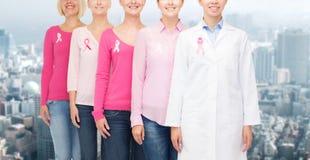 Закройте вверх женщин с лентами осведомленности рака Стоковое Изображение RF