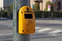 Закройте вверх желтой кнопки crosswalk для пешеходного перехода на Амстердаме, Стоковые Фото