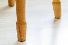 Закройте вверх желтых деревянных ног стула Стоковое Изображение RF
