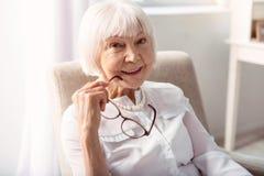 Закройте вверх жизнерадостной пожилой женщины представляя без стекел Стоковые Фото