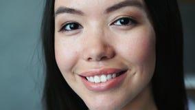 Закройте вверх жизнерадостный усмехаться молодой женщины акции видеоматериалы