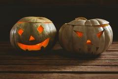 Закройте вверх загоренных фонариков jack o на таблице во время хеллоуина Стоковое Изображение