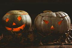 Закройте вверх загоренных фонариков kack o с листьями осени Стоковое фото RF