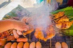 Закройте вверх зажаренных яичек и brochette цыпленка на еде улицы в Чиангмае в Таиланде стоковая фотография rf
