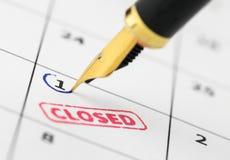 Закройте вверх закрытого штемпеля и авторучки на календаре Стоковая Фотография