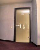Закройте вверх закрытой деревянной двери в пустой комнате Стоковые Фотографии RF