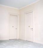 Закройте вверх закрытой деревянной двери в пустой комнате Стоковая Фотография