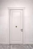 Закройте вверх закрытой деревянной двери в пустой комнате Стоковое Фото