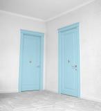 Закройте вверх закрытой деревянной двери в пустой комнате Стоковое Изображение