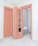 Закройте вверх закрытой деревянной двери в пустой комнате Стоковое фото RF