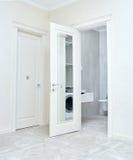 Закройте вверх закрытой деревянной двери в пустой комнате Стоковая Фотография RF