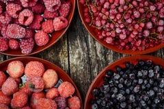 Закройте вверх замороженных ягод в шарах на деревянной предпосылке Взгляд сверху Стоковое Изображение RF