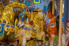 Закройте вверх запачканных деталями лошадей carousel расположенных в парке близко к красной площади Москве Стоковые Фото