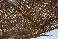 Закройте вверх заплетенных зонтиков Солнечность через купол ротанга зонтика пляжа Солнце лета в заплетенном куполе зонтика Стоковые Изображения RF