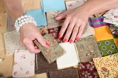 Закройте вверх заплатки руки женщины шить Стоковые Фотографии RF