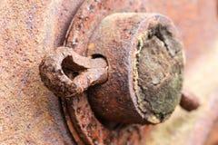 Закройте вверх заржаветого штыря cotter на покинутом сельскохозяйственном оборудовании Стоковое Фото