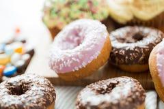 Закройте вверх застекленной кучи donuts на таблице Стоковое фото RF