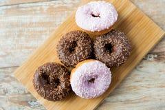 Закройте вверх застекленной кучи donuts на таблице Стоковая Фотография