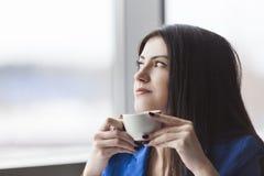 Закройте вверх задумчивой коммерсантки с кофейной чашкой Стоковое фото RF
