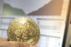 Закройте вверх золотого Bitcoin на предпосылке диаграммы стоковая фотография rf
