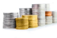 Закройте вверх золотых стогов монетки Стоковое фото RF