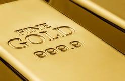 Закройте вверх золота в слитках Стоковые Изображения