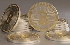 Закройте вверх золота и денег валюты серебряного bitcoin секретных разбросанных на пол металла Стоковые Фотографии RF