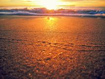 Закройте вверх золотого песка на восходе солнца Стоковая Фотография