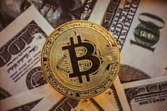 Закройте вверх золотой монетки Bitcoin Стоковое фото RF