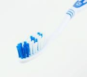 Закройте вверх зубной щетки на белой предпосылке Стоковые Изображения RF