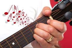 Закройте вверх играть руки гитариста Стоковая Фотография