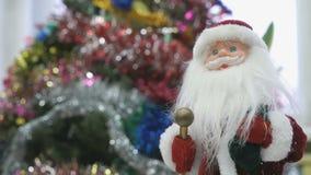 Закройте вверх игрушки Санты около рождественской елки видеоматериал