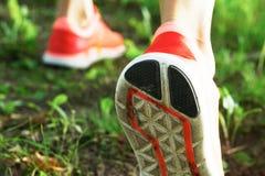 Закройте вверх идущих ботинок на проселочной дороге Стоковые Фотографии RF