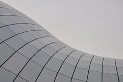 Закройте вверх изогнутой крыши крыть черепицей черепицей стеклом стоковое фото