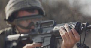 Закройте вверх израильского солдата poiting его винтовка ища враги акции видеоматериалы