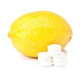 Закройте вверх лимона и пилюлек - принципиальной схемы витамина Стоковые Фотографии RF