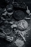 Закройте вверх ингридиентов ayurvedic обработки i neem e, neem выходит, порошок neem, расшива, гвоздичное дерево, турмерин, вода стоковое фото rf