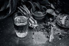 Закройте вверх ингридиентов ayurvedic обработки i neem e, neem выходит, порошок neem, расшива, гвоздичное дерево, турмерин, вода стоковые изображения