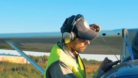 Закройте вверх инженера авиации проверяя уровень газа в самолете акции видеоматериалы