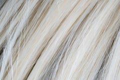 Закройте вверх искусственных белокурых волос парика стоковые фотографии rf