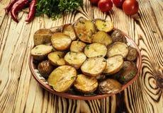 Закройте вверх испаряться горячая испеченная картошка, горячая умасленная испеченная куртка Стоковые Фотографии RF