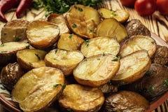 Закройте вверх испаряться горячая испеченная картошка, горячая умасленная испеченная куртка Стоковые Изображения RF