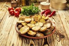 Закройте вверх испаряться горячая испеченная картошка, горячая умасленная испеченная куртка Стоковые Изображения